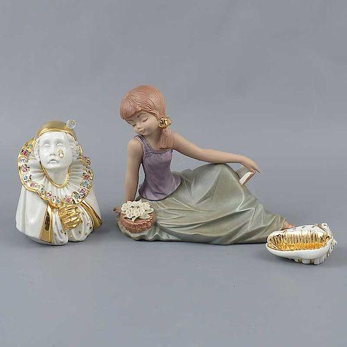 Lote de 3 figuras decorativas. Origen europeo. SXX. Elaboradas en porcelana. Acabado brillante y uno gres. Decoradas con esmalte dorado