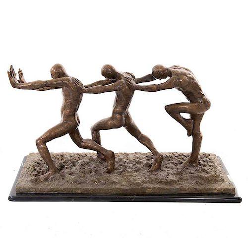 Anónimo. Siglo XX. Fila de hombres. Elaborada en bronce patinado. Con base de mármol jaspeado negro.