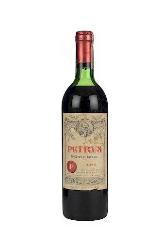 Petrus. Cosecha 1975. Grand Vin. Pomerol. Nivel: en la punta del hombro.