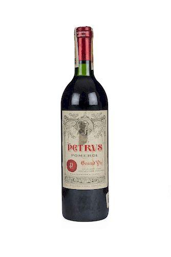 Petrus. Cosecha 1987. Grand Vin. Pomerol. Nivel: en el cuello. Etiqueta con pequeña mancha en el centro.