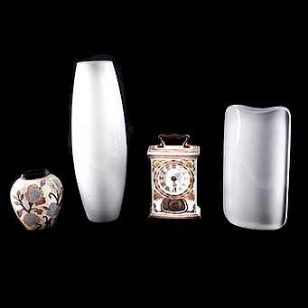 Lote de artículos decorativos. Siglo XX. Reloj porcelana. 1 Jarrón cristal blanco.  jarrón de bronce, otros. Piezas: 4