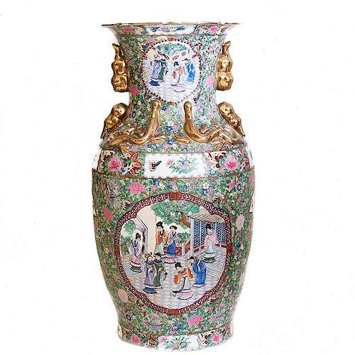 Jarrón. China, principios del siglo XX. Estilo Familia Rosa. Elaborado en porcelana policromada con detalles en esmalte dorado.