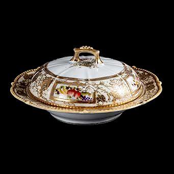 Plato de servicio con tapa. Japón, siglo XX. Elaborada en porcelana blanca Nippon. Decorado en relieve con esmalte dorado.