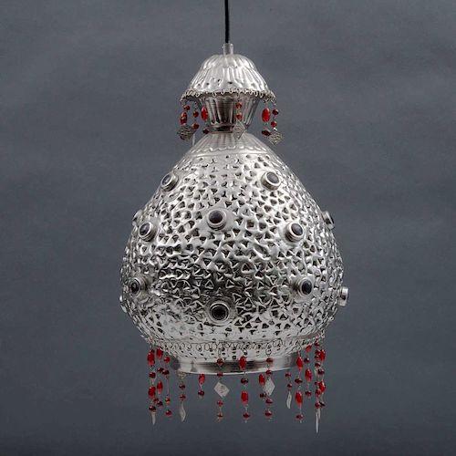 Lámpara de techo. Siglo XX. Estilo Turco. Elaborada en metal cromado con aplicaciones de cabujones de resina color rojo. Para 1 luz.