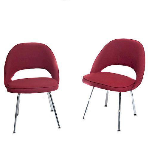 Eero Saarinen para Knoll Internacional. Años 60. Par de sillas ejecutivas. Estructuras de metal cromado. Respaldos color guinda. 2 pz.
