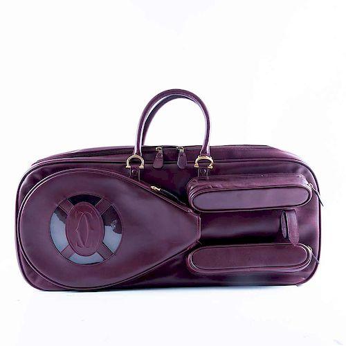 Maleta para raqueta. Francia, siglo XX. De la marca Cartier. Elaborada en piel color vino. Con dos compartimentos externos con cierre.