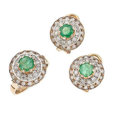 Juego de anillo y par de aretes con esmeraldas y diamantes en oro amarillo de 14 k Talla anillo: 6. Aretes con poste...