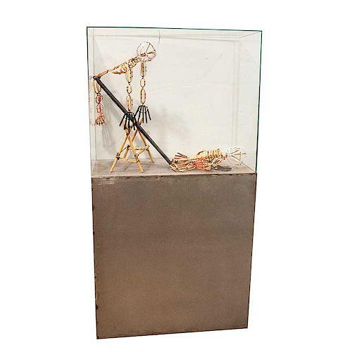 Nestor Quiñones. Sube y baja. Estructura de madera policromada. Con base de metal y capelo de vidrio.