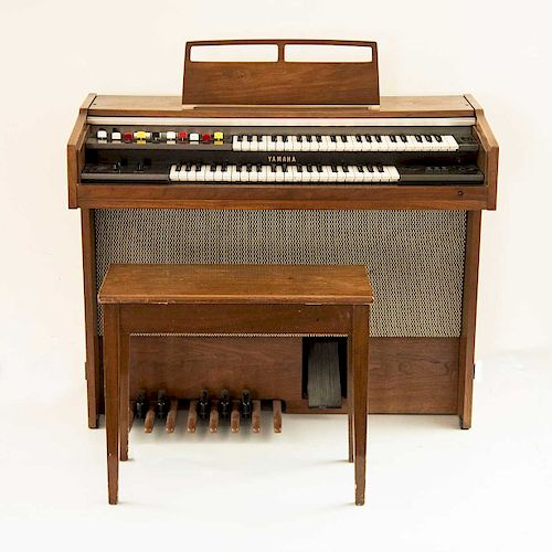 Órgano Yamaha Electone. Japón, siglo XX. Modelo B-4BR. Estructura de madera enchapada, incluye banco. A dos niveles, con 88 teclas.