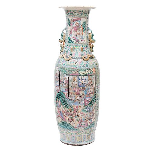 Jarrón. Siglo XX. Origen oriental. Estilo Cantonés (Familia Rosa). Elaborado en cerámica. Con esmalte dorado, relieve, bajo relieve.
