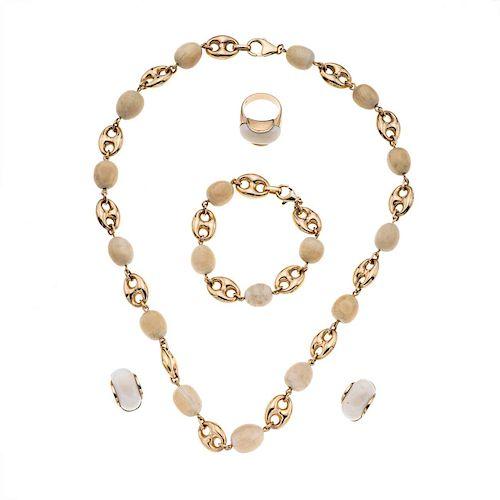 Collar, pulsera, anillo y par de aretes en marfil y oro amarillo de 14k. Talla: 5. Peso: 77.2 g.