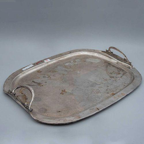 Charola. México, siglo XX. Diseño oval. Elaborada en plata Sterling, Ley 0.925. sellado VIGUERAS. Decorada con prensados. Peso: 2680 g.