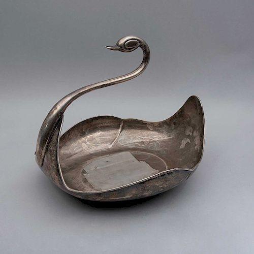Charola. México, siglo XX. Diseño de cisne. Elaborado en plata Sterling, Ley 0.925. sellado ZURITA. Peso: 1730 g.