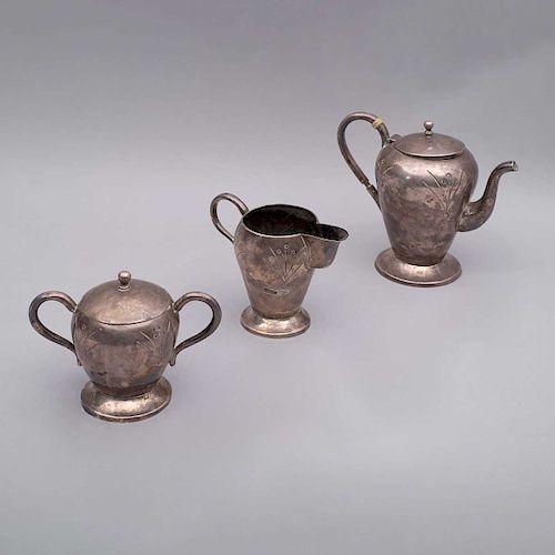 Juego de té. México, siglo XX. Elaborado en plata ley 0.900. sellado LA ESMERALDA. Peso total: 1455 g. Piezas: 3