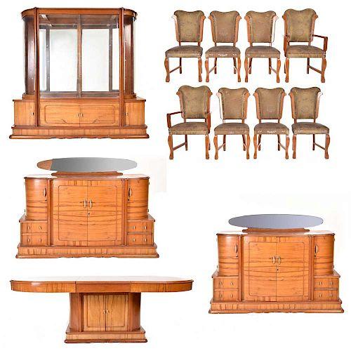Comedor. Siglo XX. En talla de madera. Consta de: Vitrina, 2 trinchadores, mesa, 6 sillas y 2 sillones.