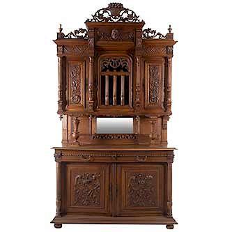 Buffet. Francia. Siglo XX. Estilo Enrique II. En talla de madera de nogal. A 2 cuerpos. Con 5 puertas abatibles, una con cristal.