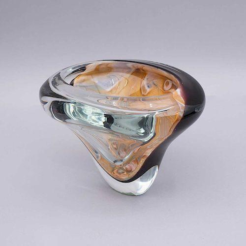 Centro. Italia, siglo XX. Elaborado en cristal de murano acabado sommerso. Diseño orgánico. Firmado Michele Omeño y fechado 2010.