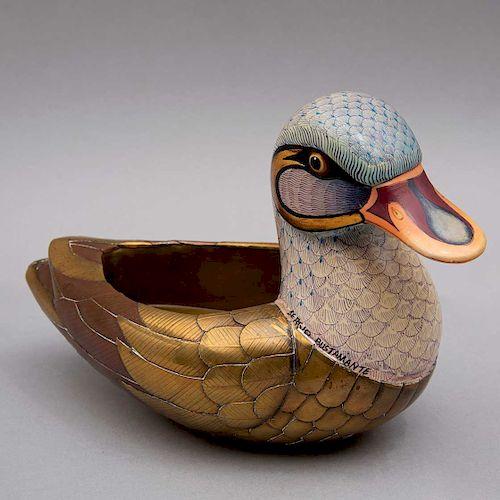 Sergio Bustamante  México, Ca. 1986. Pato abierto #1. Elaborado en latón dorado, cerámica policromada. Con certificado.