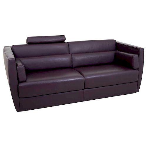 Sofá de 3 plazas. De la marca Roche Bobois. Estructura de madera con tapicería de piel color uva.