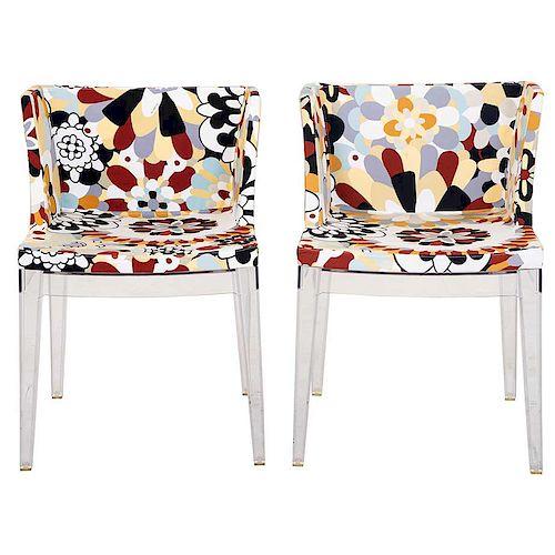 Par de sillones. De la marca Kartell. Estructura de acrílico con respaldos y asientos en tapicería de algodón con estampado.Pz: 2