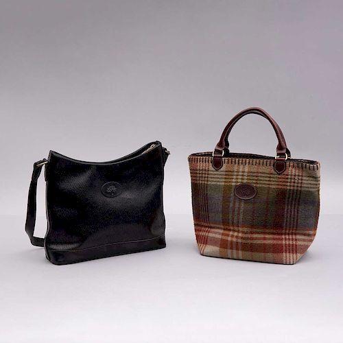 Lote de bolsos de mano para dama. Inglaterra, siglo XX. De la marca Mulberry.Uno elaborado en piel color negro y otro en textil.Pz: 2