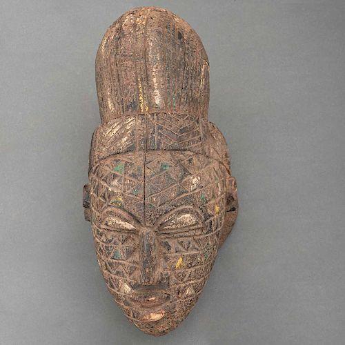 Tocado cefalomorfo. Nigeria, Siglo XX. Grupo étnico Igbo. Talla en madera con restos de policromía. Pigmentos y caolín.