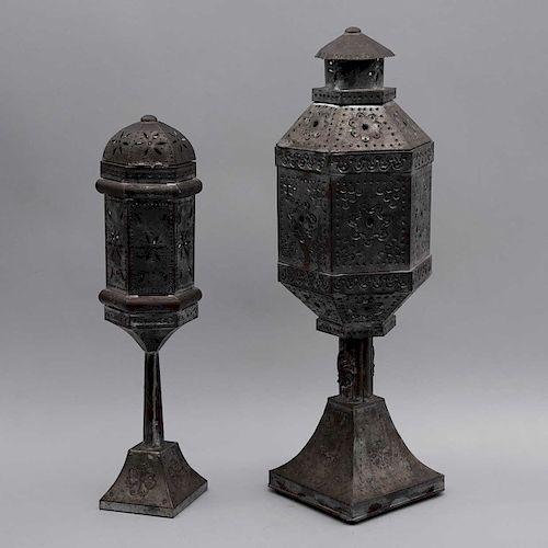 Lote de candeleros. Siglo XX. Estilo marroquí. Elaboradas en metal. Decoradas con motivos florales calados. Para 1 luz cada una. Pz: 2