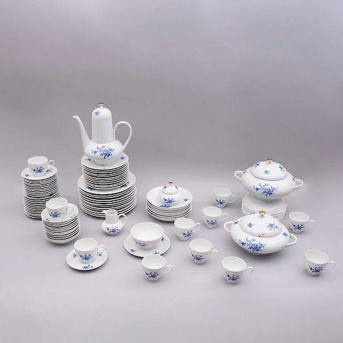 Servicio de vajilla. Alemania,SXX. Elaborado en porcelana Edelstein Bavaria acabado brillante. Decorada con motivos vegetales.Pz:87