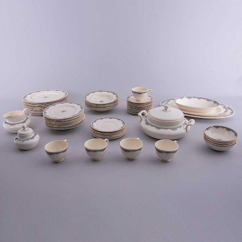 Servicio de vajilla. Inglaterra,SXX. Elaborado en porcelana Royal Doulton acabado brillante con motivos en esmalte brillante.Pz: 68