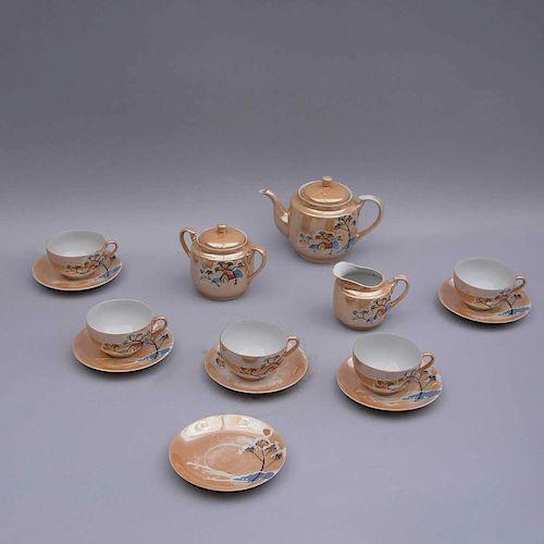 Juego de té. Siglo XX. Elaborado en cerámica vidriada y esmaltada. Decorado con vista de paisaje invernal.  Piezas: 14