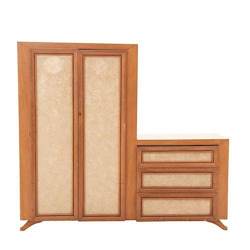 Armario / mueble TV.SXX. Elaborado en madera tallada. Con 2 puertas abatibles, 3 cajones, cubierta rectangular y soportes semicurvos.