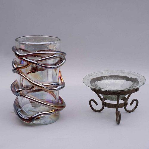 Jarrón y centro. Siglo XX. Consta de: Jarrón. Elaborado en cristal de Murano. Con motivos a manera de lazo en color tornasol. Pz: 2