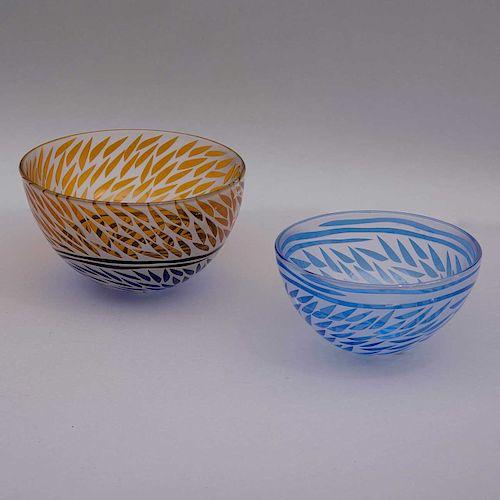 Par de centros. Siglo XX. Elaborados en cristal opaco y claro Nilsen. Decoración en tonalidades azul cobalto y amarillo. Piezas: 2