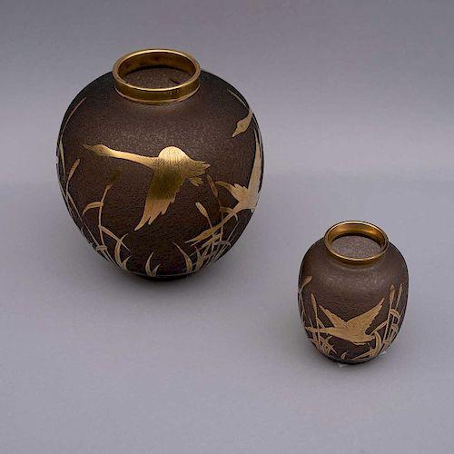 Juego de jarrones. Siglo XX. Elaborado en vidrio color café ahumado. Bordes dorados decorados con escenas de aves doradas. Piezas: 2