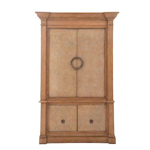 Mueble para TV. Estados Unidos, siglo XX. De la marca Drexel Heritage. Elaborado en madera tallada. A 2 cuerpos y soportes tipo zócalo.