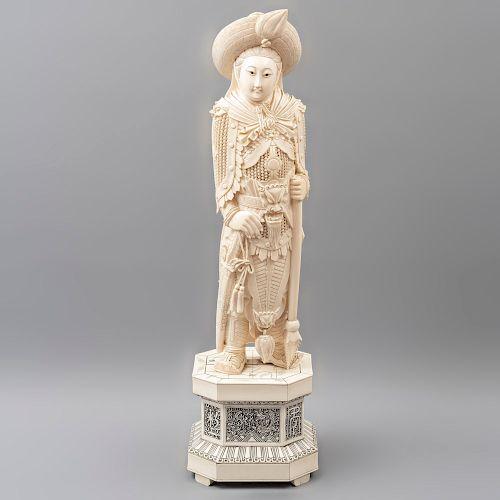 Guerrero. China. Siglo XX. En talla de marfil y hueso. Con detalles entintados y base. Ataviado con cota de malla. 60 x 18 x 16 cm.
