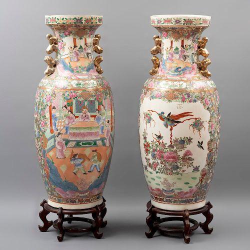 Par de jarrones. China. Siglo XX. Estilo Familia Rosa. Elaborados en porcelana. Con bases de madera barnizada. 64 x 28 cm. Ø