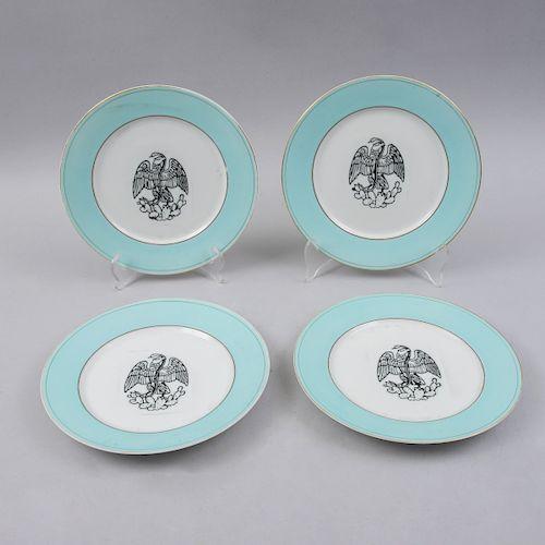 Juego de platos decorativos. México, siglo XX. Elaborados en porcelana acabado brillante con detalles en esmalte dorado. Pz: 4