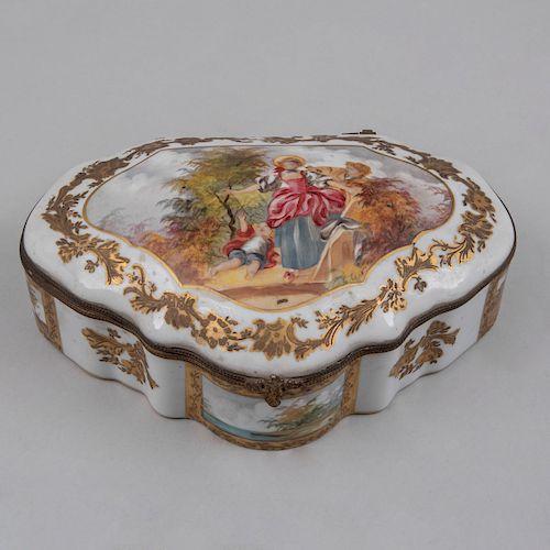 Alhajero. Francia, siglo XX. Elaborado en porcelana tipo Sèvres con filos en metal dorado. Decorado con escenas costumbristas.