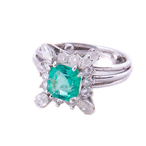 Anillo con esmeralda y diamantes en plata paladio. 1 esmeralda corte cojín 1.00ct. 4 diamantes corte marquís 0.12ct. 10 diaman...