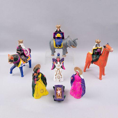 Nacimiento. México, siglo XX. Elaborado en terracota policromada. Consta de: Sagrada Familia, arcángel y los 3 Reyes Magos.Pz:7