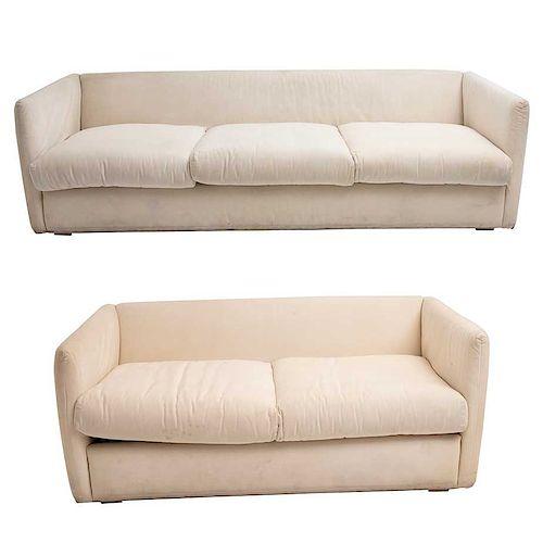 Sala. Siglo XX. De la firma Moda in Casa. Estructura de madera con tapicería color blanco. Consta de: sofá y love seat.