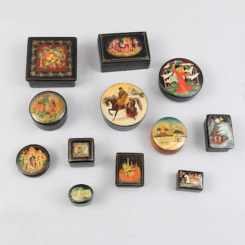 Colección de cajas Palekh. Unión Soviética, siglo XX. Elaboradas en madera laqueada y decoradas a mano. Diferentes diseños. Pz: 12