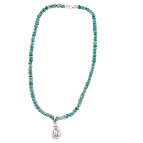 Gargantilla y pendiente con esmeraldas, perla en plata .925. 96 esmeraldas de cantera facetadas. 1 perla cultivada color crema.<...
