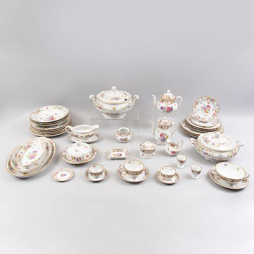 Servicio de vajilla. Alemania, siglo XX. Elaborado en porcelana Schumann Arzberg Bavaria con filos en esmalte dorado. Pz: 152