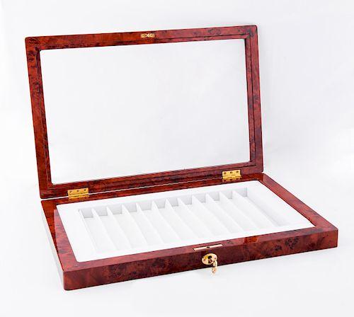 Estuche para 12 plumas marca Visconti. Elaborado en resina acabado madera.