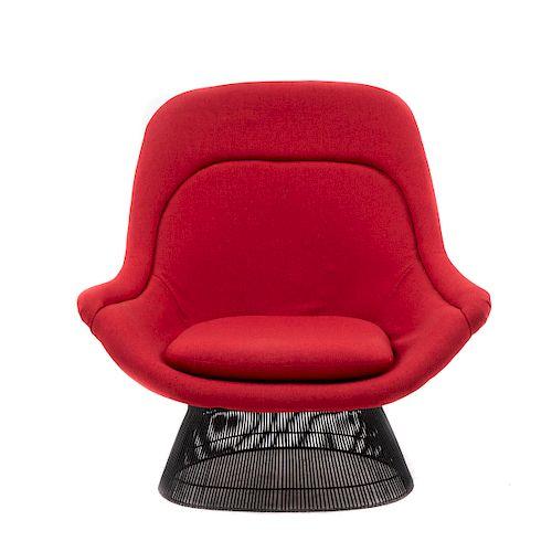 Warren Platner para Knoll Internacional. Sillón lounge. E.U.A., años 70. Estructura en varilla de acero con tapicería roja.