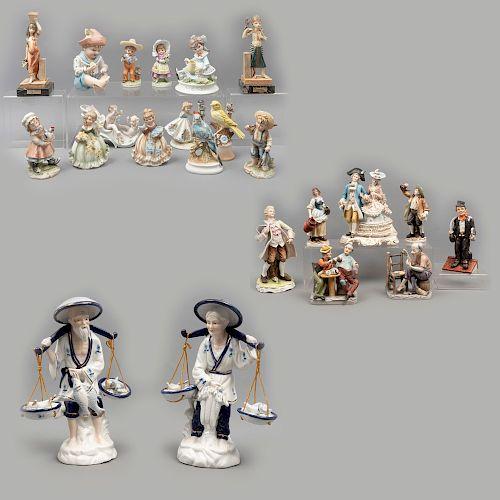Lote de 23 figuras decorativas. Diferentes orígenes. SXX. En porcelana Cuernavaca, Lefton, Marika y material sintético.