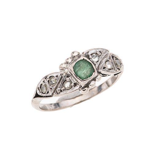 Anillo con esmeralda y diamantes en plata paladio. 1 esmeralda corte cojín 0.33ct. 6 acentos de diamantes. Talla: 6. Peso: 2.1 g.