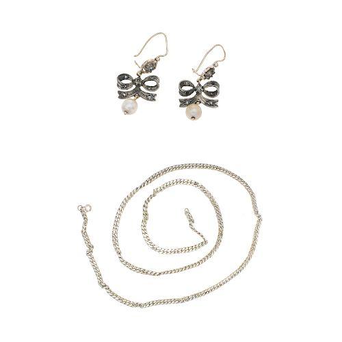 Lote de joyería. Par de aretes con perlas y simulantes en oro amarillo de 8k. y collar en plata .925, 50.5 g.